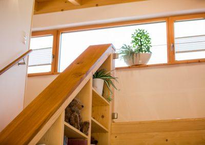 Massivholz Treppe Einbauregal